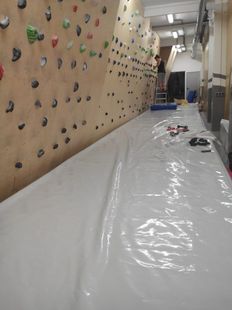 Mounting climbing holds